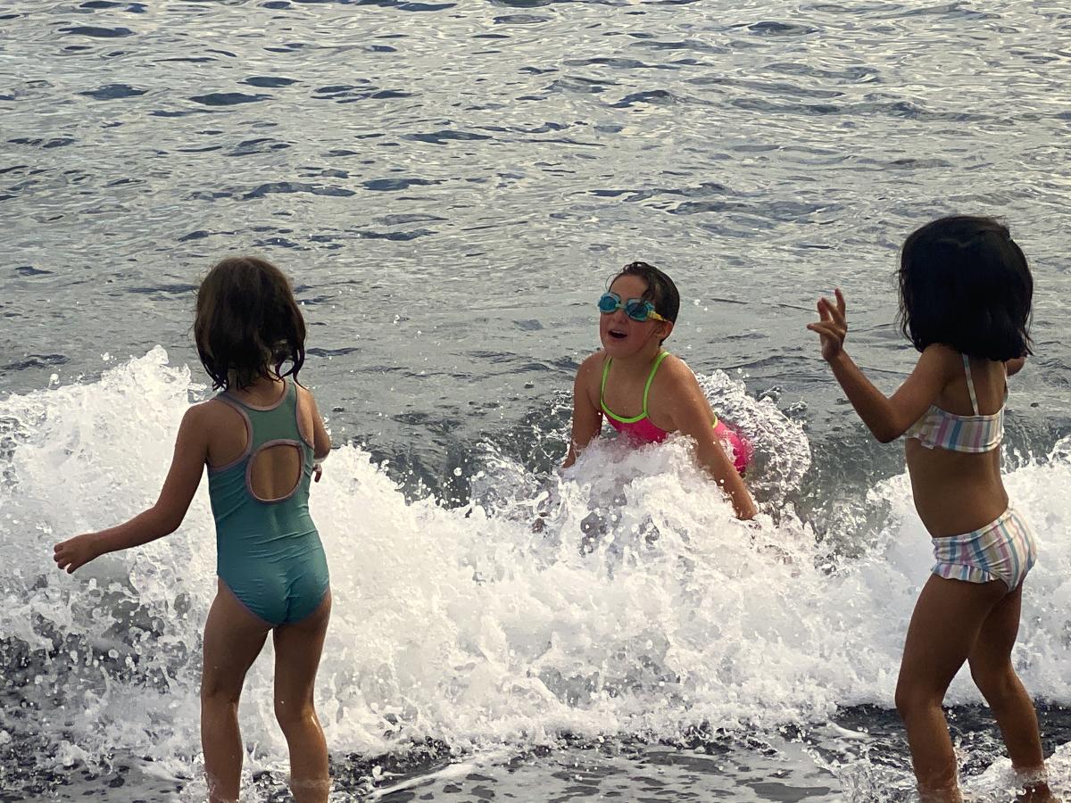 arooga Kinder - Kinder spielen im Meer