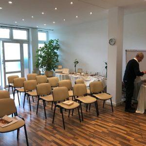 Raum mit Stühlen