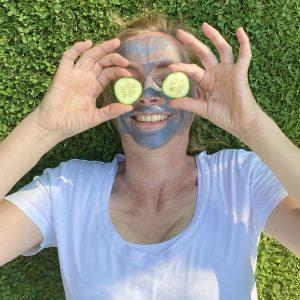 arooga Schönheit - Gurken und Maske im Gesicht